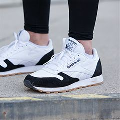 Athleisure Look mit weißen Reebok Sneakern